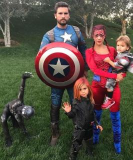 Kourtney Kardashian i rodzina (Spider-Man, Kapitan Ameryka, Czarna Wdowa, Czarna Pantera)