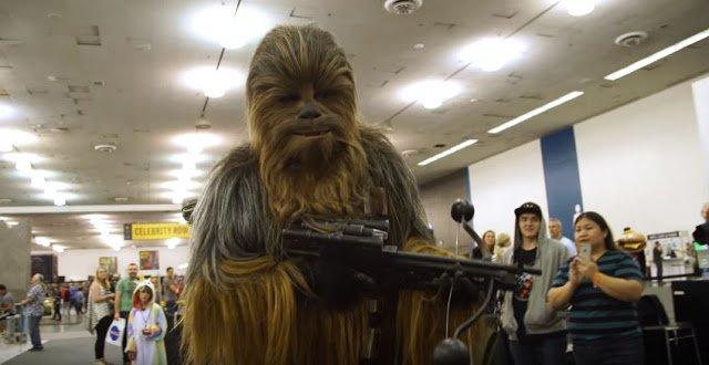 Adam Savage w przebraniu Chewbakki na Silicon Valley Comic Con