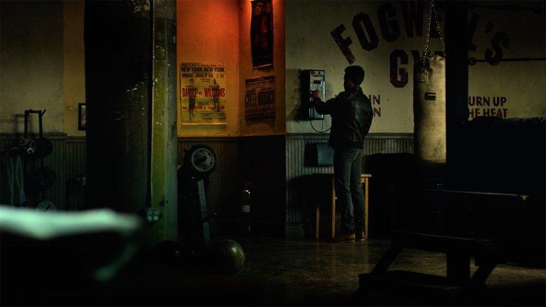 """W 12. odcinku na ścianie siłowni widzimy plakat reklamujący walkę """"Parker vs. Morales"""" - przypomnijmy, że dwóch najsłynniejszych Spider-Manów to Pater Parker i Miles Morales"""