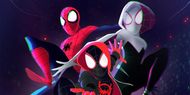 """Gdy Miles zastanawia się nad tym, czy istnieją inne wersje Petera Parkera, na ekranie pojawia się komiks o tytule """"True Life Tales of Spider-Man""""; sęk w tym, że pozycja, w jakiej widzimy Pajączka, pochodzi z komiksu Amazing Fantasy #15 z 1962 roku - pierwszego, w którym pojawił się Spider-Man"""