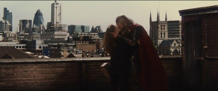 Thor: Mroczny świat - scena #2; Thor odwiedza Jane Foster w Londynie