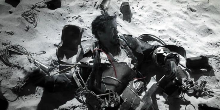 """Zacznijmy od samej kolorystyki scen retrospekcji, które pokazują nam genezę najważniejszych członków Avengers. Wśród niektórych z Was budzi ona skojarzenia z dziewczynką w czerwonym płaszczyku z """"Listy Schindlera"""" – scena ta przełamała nadrzędną, czarno-białą barwę filmu. Steven Spielberg przyznał po latach, że sekwencja miała zaakcentować tragedię, na którą pomimo swojej wiedzy nie zareagował amerykański rząd. W innym wywiadzie dodał, że był to punkt zwrotny całej historii – odbiorca przestał widzieć jedynie pył i rozrzucone ciała, a zaczął w pełni dostrzegać ludzki dramat. Nie możemy wykluczyć, że mentalny powrót do przeszłości również dla Avengers będzie punktem zwrotnym i okazją do odnalezienia w sobie sił, by kontynuować walkę z Thanosem."""