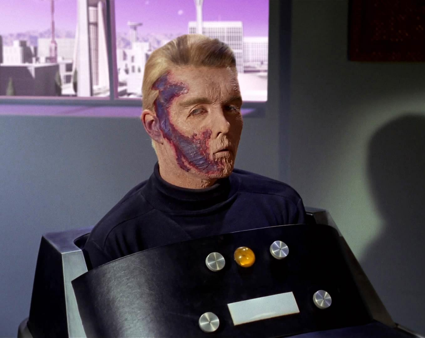 Sean Kenney z mocną charakteryzacją udaje Jeffreya Huntera. / Fot. CBS