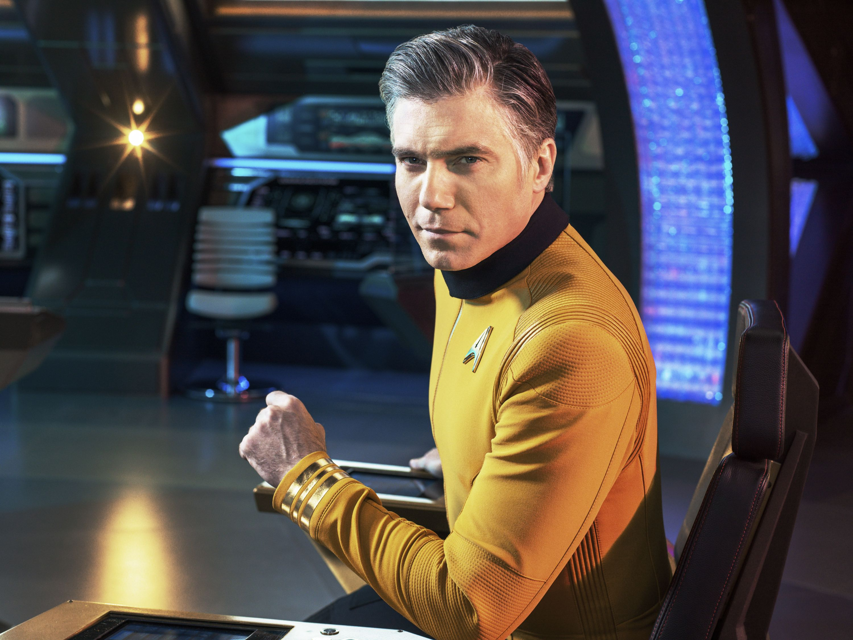 Ansoun Mount jako kapitan Pike w stroju nawiązującym do klasycznych uniformów z Oryginalnej serii. / Fot. CBS