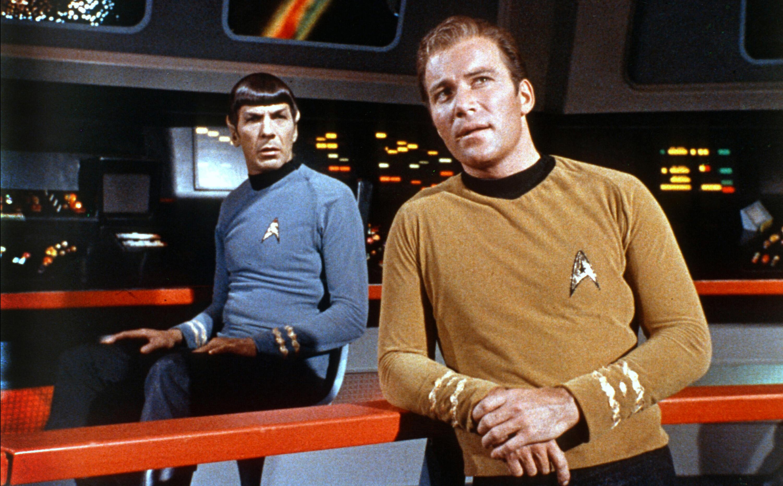 Postać Spocka łączy Pike'a i Kirka. Obaj się z nim przyjaźnili.
