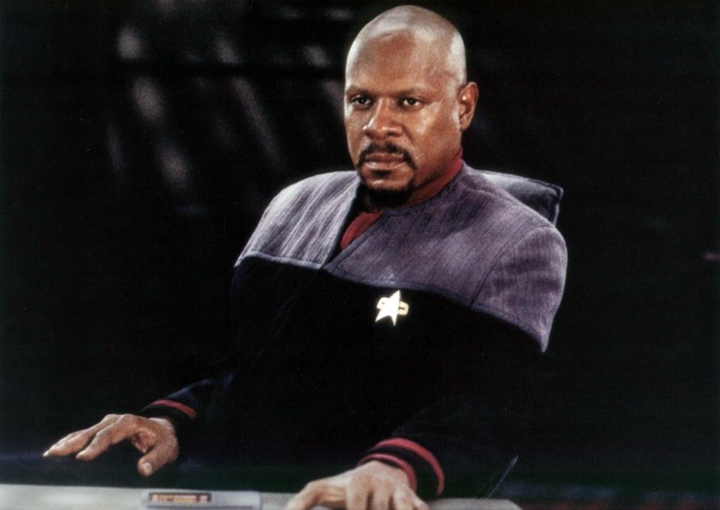 Avery Brooks jako Sisko w wersji badass. W pierwszym sezonie był chucherkiem z włosami. / Fot. CBS