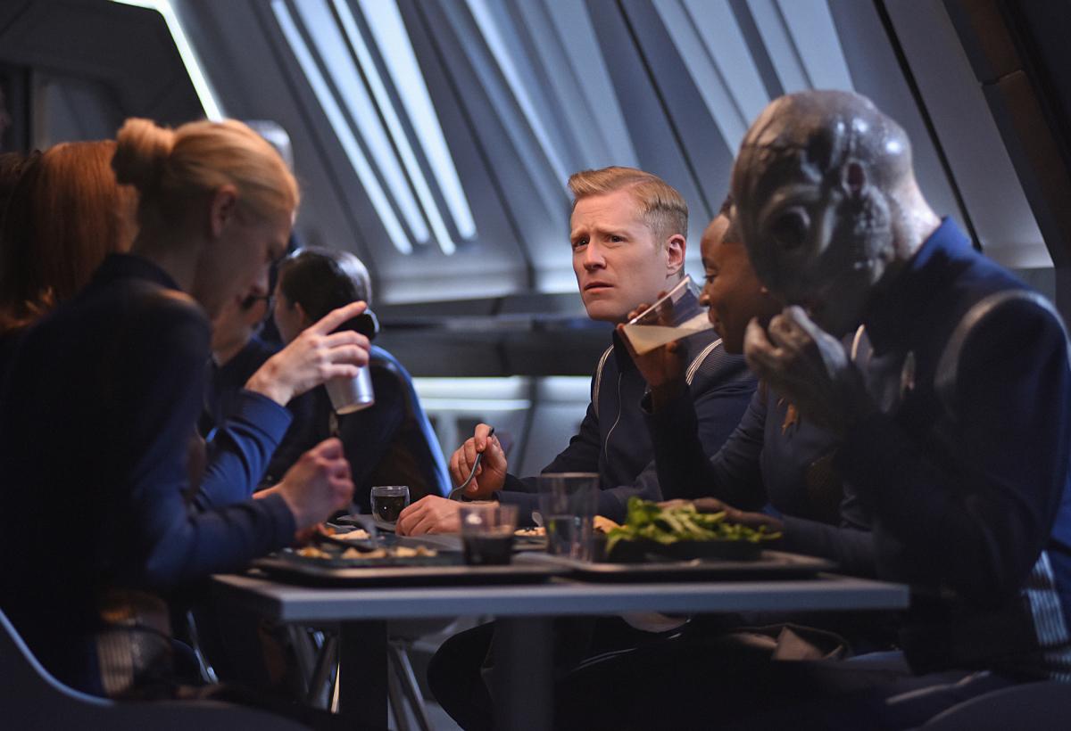 """W drugim sezonie dostaliśmy więcej """"luźniejszych"""" scen i integracji załogi. Liczę, że podobnie będzie w trzecim. / Fot. CBS"""