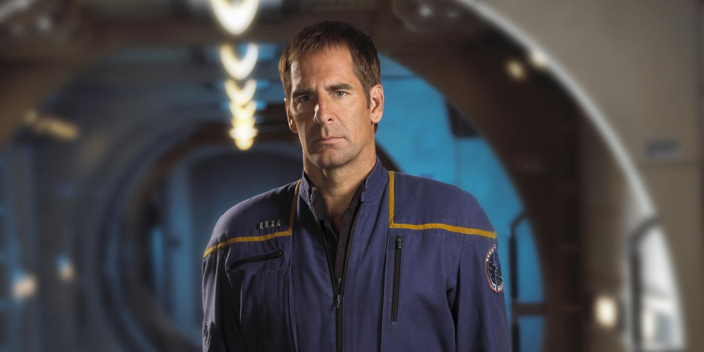 Scott Bakula jako Jonathan Archer w mundurze, który trochę przypominał te z poprzednich Star Treków, a trochę kombinezony NASA. / Fot. CBS