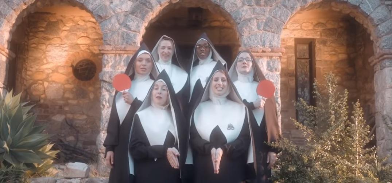 Dobry omen - zakonnice witają Antychrysta. Zobacz zabawne wideo