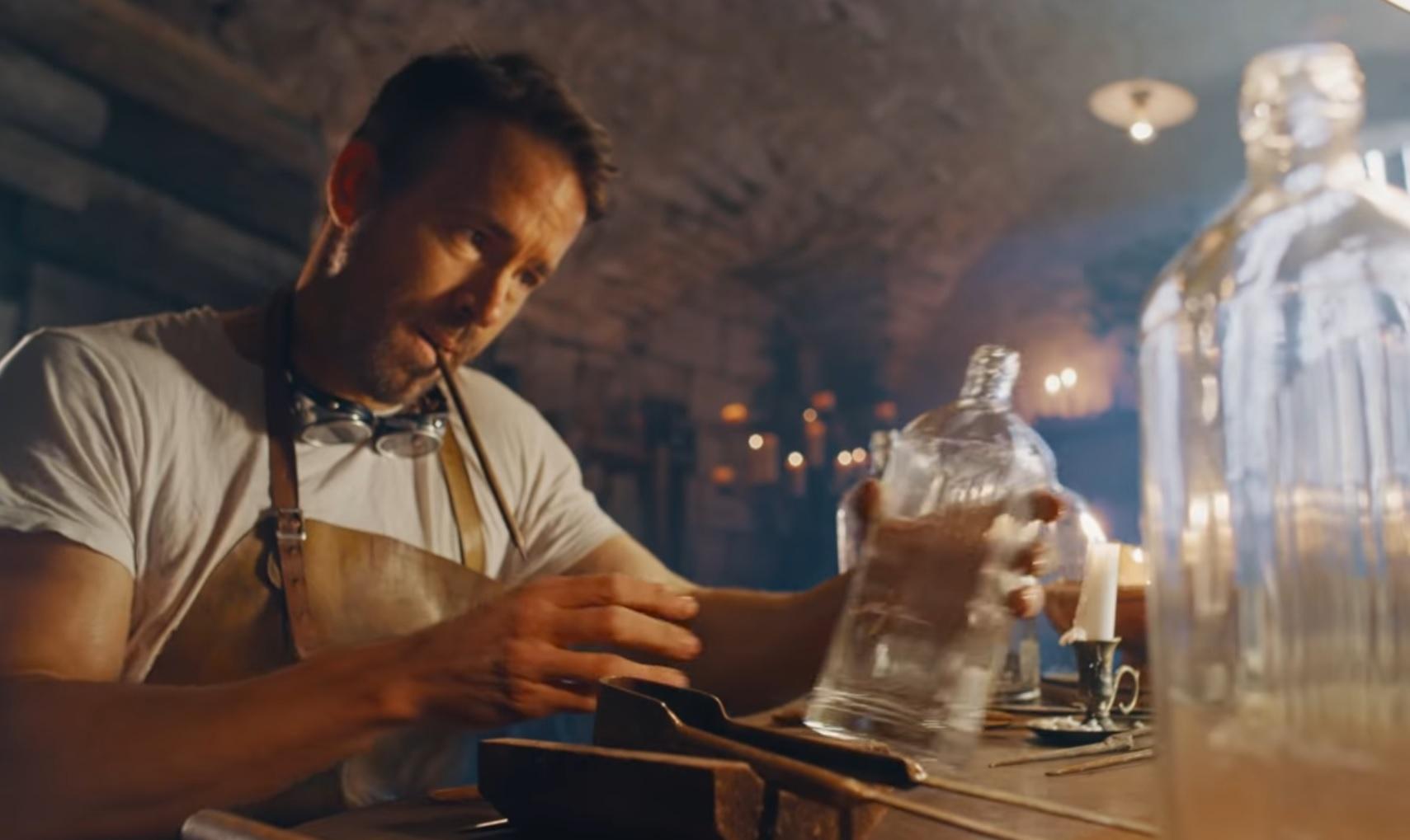 Ryan Reynolds w reklamie ginu. Zobacz kapitalne wideo