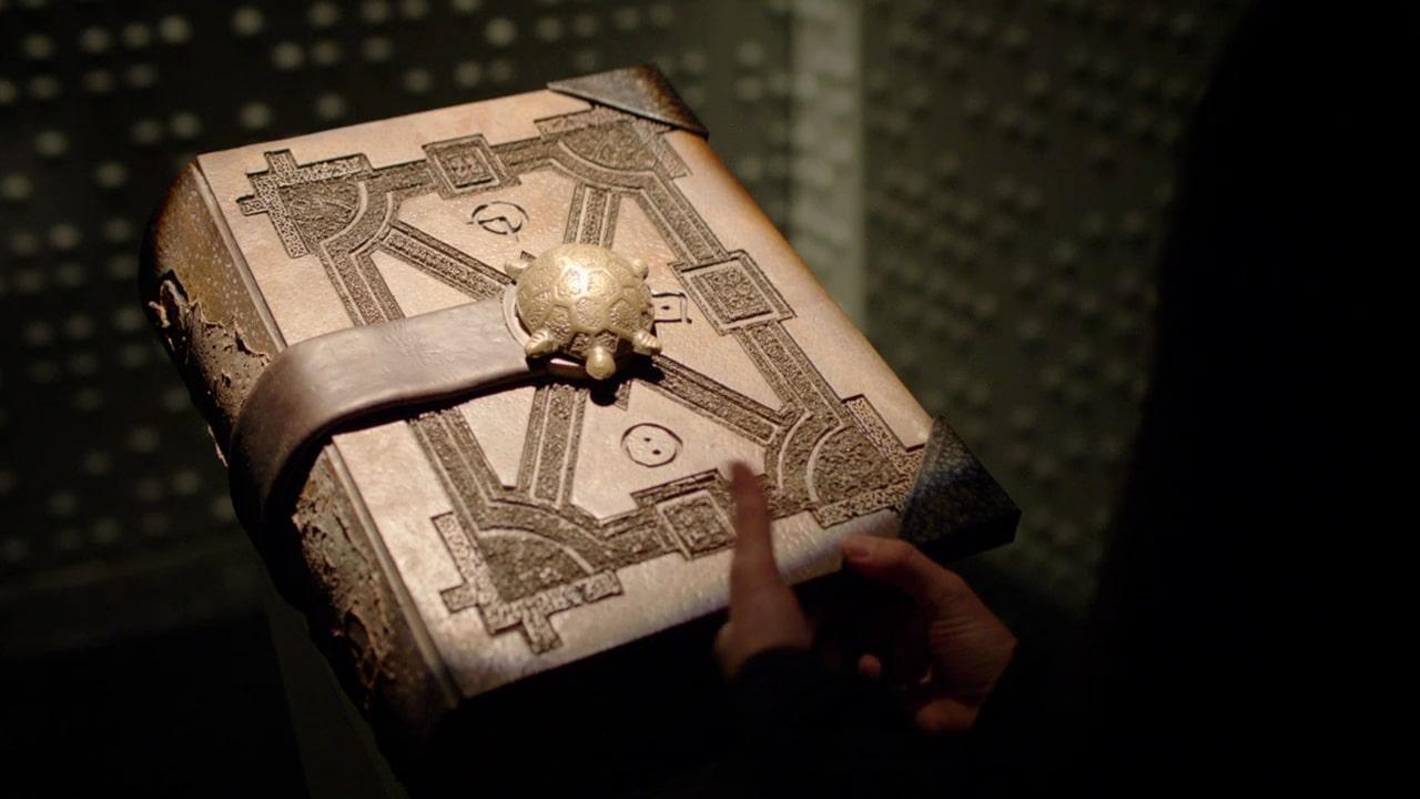"""Księga Przeznaczenia odegrała istotną rolę także w zeszłorocznym crossoverze. Podobnie jak w komiksach pozwala ona spojrzeć w przyszłość i zmieniać rzeczywistość. Monitor cofnął się po nią w czasie (w ramach """"Elseworlds"""" została bowiem zniszczona), by za jej pomocą odnaleźć pozostałych herosów wchodzących w skład Siedmiu Wzorów."""